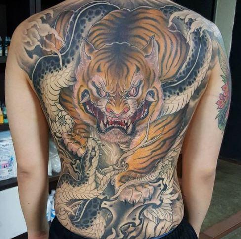 Mẫu hình xăm ở lưng nam hình con hổ hung tợn cùng con rắn trong truyền thuyết
