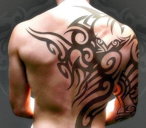 Mẫu hình xăm trên lưng dành cho nam hình họa tiết đơn giản