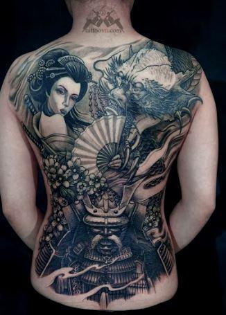 Mẫu hình xăm ở lưng nam nhìn các nhân vật huyền thoại trong huyền bí