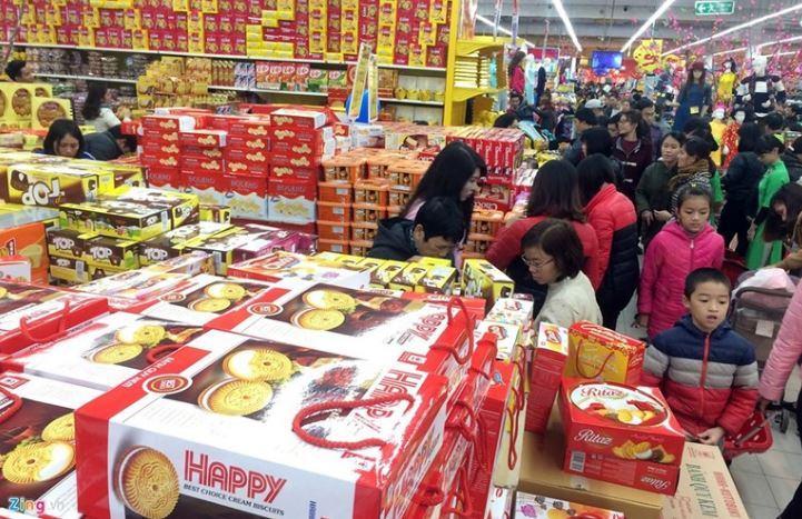 Hình ảnh mọi người đi mua những thứ cần thiết trong một siêu thị hiện đại cho dịp tết ngày nay