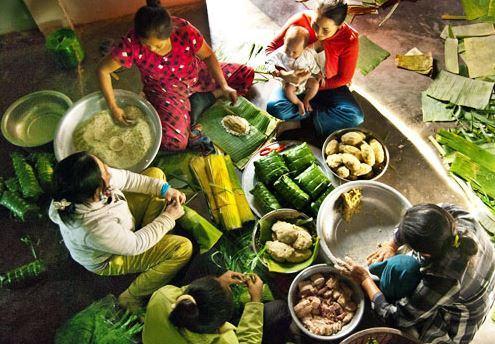 Hình ảnh tết xưa tại một gia đình đang chuẩn bị gói bánh cho ngày tết