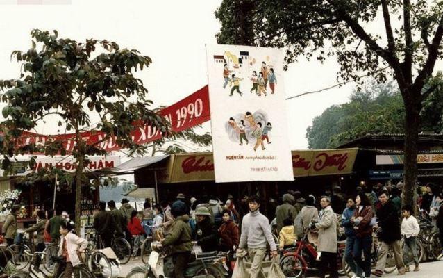 Hình ảnh tết xưa tại hội chợ tấp nập người