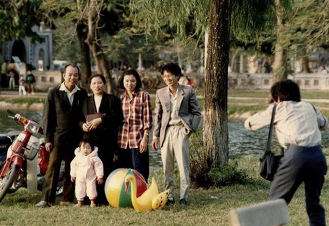 Hình ảnh tết xưa của một gia đình đang chụp một bức ảnh kỉ niệm