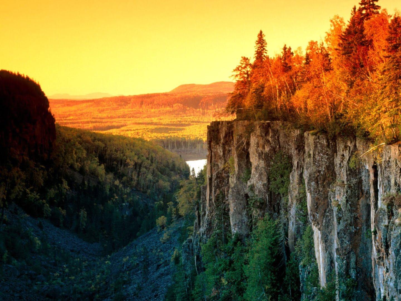 夕阳落下时壮观的自然景象