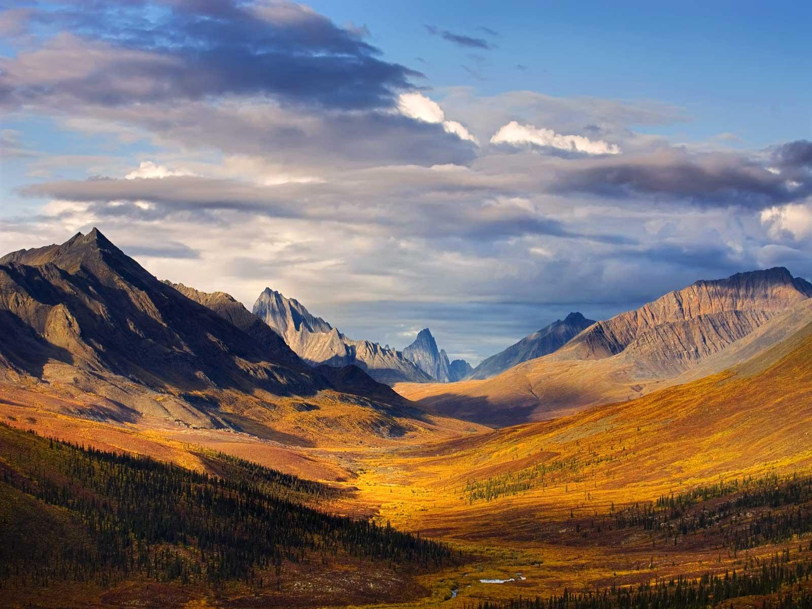 自然景观与丘陵和山脉重叠