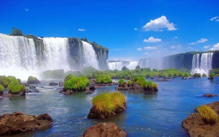 Bức tranh khiến người nhìn dường như đang lọt vào một thế giới mới với những thác nước