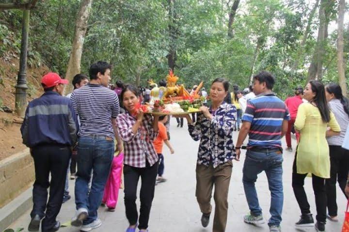 Hình ảnh đẹp người dân dâng lễ vào ngày giỗ tổ Hùng Vương