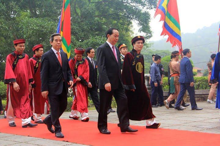 Hình ảnh ý nghĩa trang phục truyền thống đến dâng hương trong ngày giỗ tổ Hùng Vương