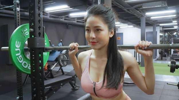 Hot girl Trâm Anh thường xuyên đến phòng tạo để giữ dáng của mình