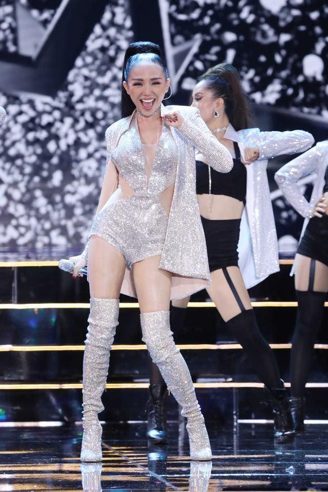Ca sĩ Tóc Tiên sexy trên sân khấu
