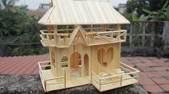 Mô hình nhà bằng tăm tre đơn giản dùng làm quà tặng cho các cặp đôi yêu nhau