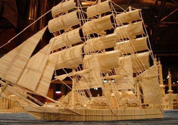 Hình ảnh mô hình chiếc tàu lớn bằng tăm tre của các nghệ nhân khéo tay