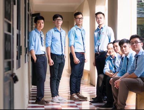 Các nam sinh Học viện Ngoại giao trong bộ đồng phục
