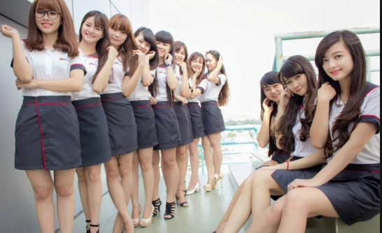 Các nữ sinh trong bộ đồng phục