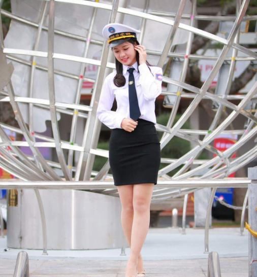 Nữ sinh Hàng Hải dịu dàng trông bộ đồng phục