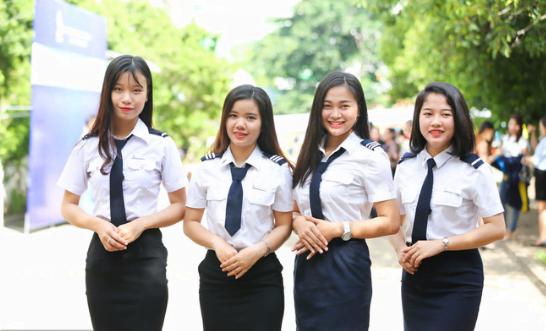 Nữ sinh trong bộ đồng phục Học viện Hàng Không