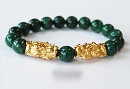 Chiếc vòng phong thủy ngọc khổng tước kết hợp thêm hai con kỳ hươu bằng vàng sẽ giúp bạn giữ chặt tiền trong ví